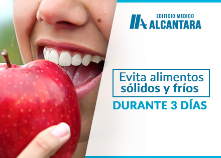 Implante Dental Higiene Bucal Chica Con Manzana en Mano